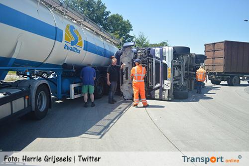 Vrachtwagen gekanteld op rotonde in Lierop