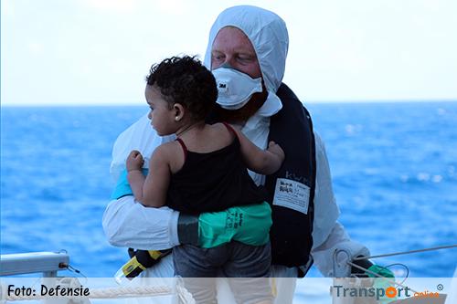 Marineschip redt migranten op zee
