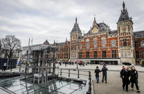 Politie lost waarschuwingsschot in Amsterdam [+foto's]