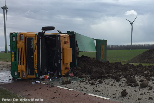 Vrachtwagen met klei op zijn kant in Farmsum [+foto]