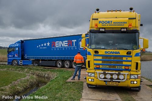 Vrachtwagen na twee dagen uit de klei getrokken [+foto]