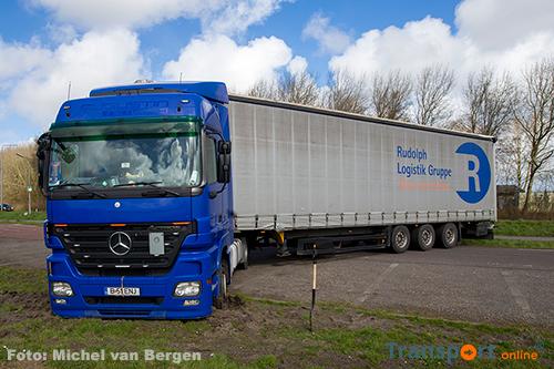 Vrachtwagen vast na keeractie in Velsen-Zuid [+foto]