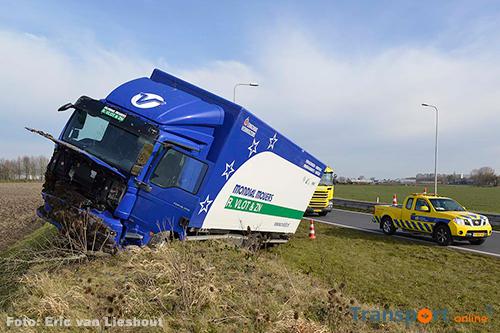 Vrachtwagen vast in verhoogde berm langs N201 [+foto]