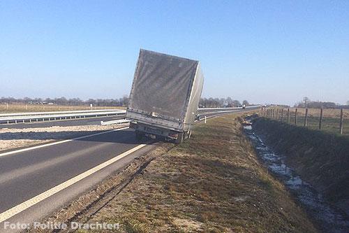 Oprit N381 afgesloten door gestrande vrachtwagen [+foto]