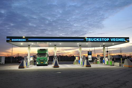 Commissaris Wim van de Donk opent LNG tankstation in Veghel