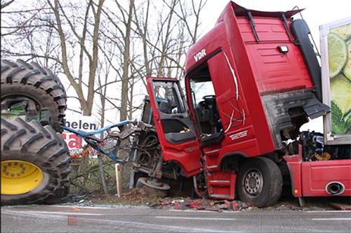 Vrachtwagen rijdt in op tractor [+video]