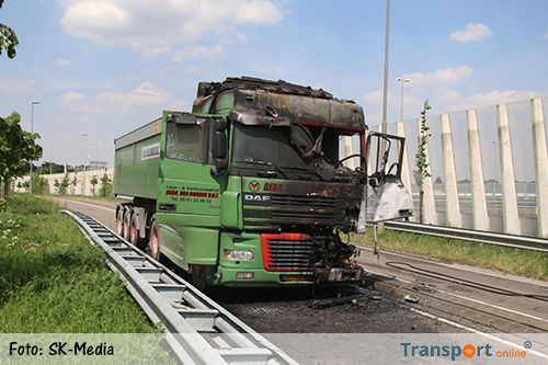 Vrachtwagen brandt uit in Tegelen [+foto]