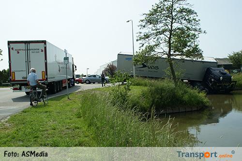 Vrachtwagen belandt deels in de sloot na aanrijding [+foto&video]