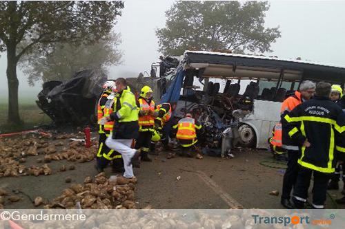 Dode en drie gewonden na aanrijding tussen schoolbus en vrachtwagen [+foto's]