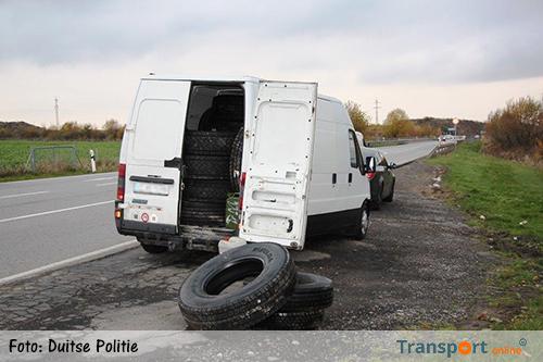 Duitse politie ontdekt 30 gestolen vrachtwagenbanden in bestelbus [+foto's]
