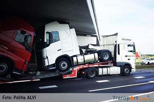 Hardleerse vrachtwagenchauffeur rijdt zich vast onder viaduct [+foto]