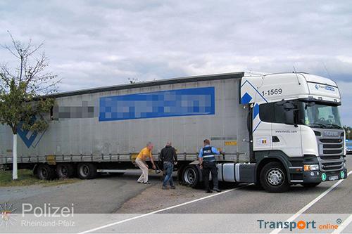 Vrachtwagenchauffeur rijdt zich vast na het keren [+foto's]