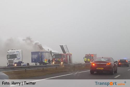 Vrachtwagen met kippen in brand op A7 [+foto's]