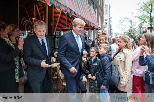 Koningspaar leeft mee met gezin Van der Laan