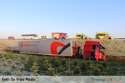 Vrachtwagen in de sloot na aanrijding met bus op N31