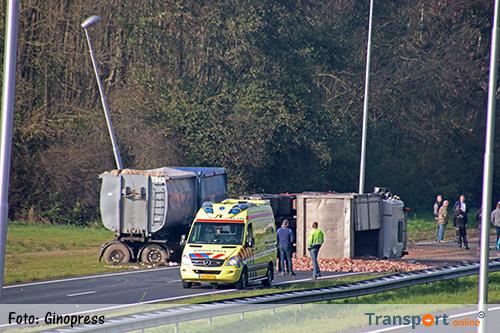Vrachtwagen met slachtafval gekanteld op N50