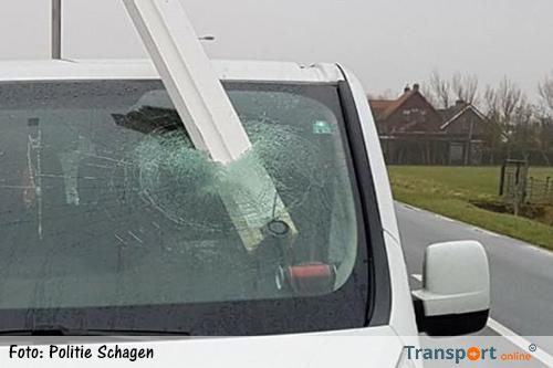 Door vrachtwagen verloren balk dwars door voorruit bestelwagen [+foto's]