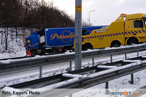 Vrachtwagens door gladheid geschaard op A50 [+foto]