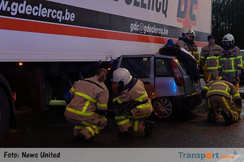Auto onder vrachtwagen op A1, twee gewonden [+foto]