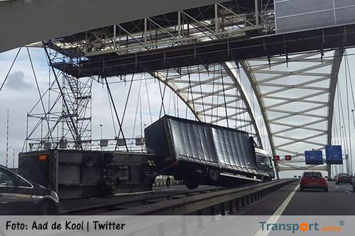 Aanhanger vrachtwagen gekanteld op Van Brienenoordbrug [+foto's]