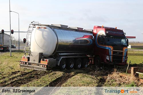 Tankwagen van de weg in Midwolda [+foto&video]