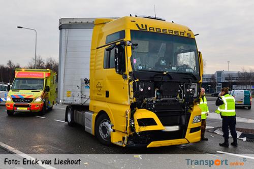 Vrachtwagen botst bij Schiphol op lijnbus [+foto's&video]