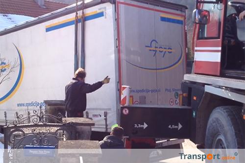 Vrachtwagenchauffeur rijdt zich vast dankzij navigatie [+video]