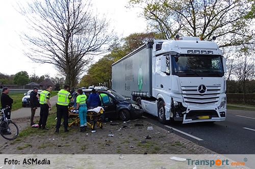 Twee gewonden na aanrijding auto met vrachtwagen [+foto]