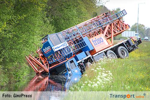 Kraanwagen in de sloot langs A7 [+foto]