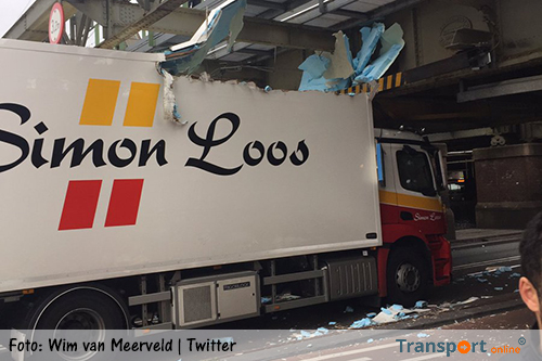 Vrachtwagen klem onder viaduct in Amsterdam [+foto]