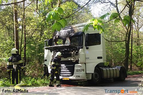 Vrachtwagen vliegt in brand tijdens het rijden [+foto]