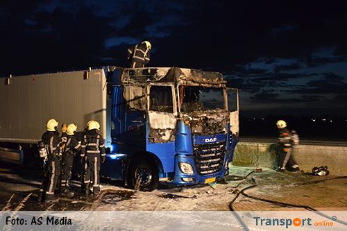 Mogelijk gestolen vrachtwagen in brand langs A32 [+foto's]