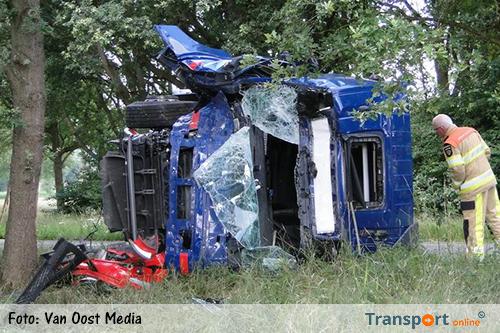 Vrachtwagenchauffeur tegen boom na mogelijke onwelwording [+foto]