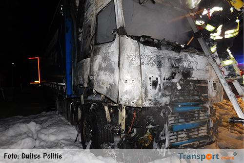 Nederlandse vrachtwagenchauffeur zwaargewond na uitbranden vrachtwagen [+foto]