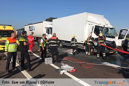 Aanrijding met drie vrachtwagens op A67: chauffeur bekneld [+foto's]