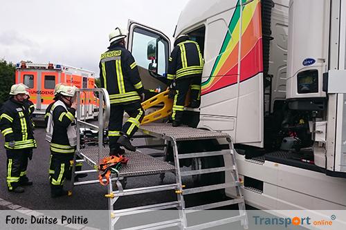 Zwaarlijvige vrachtwagenchauffeur met bloedvergiftiging moet door brandweer uit cabine gehaald worden [+foto's]