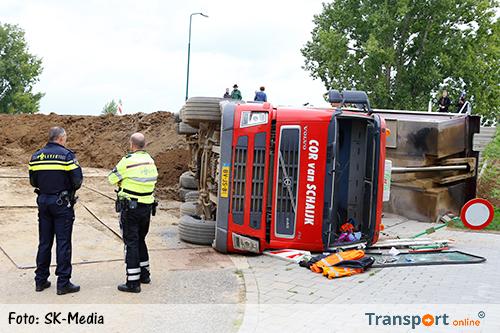 Vrachtwagen met klei gekanteld [UPDATE+foto]