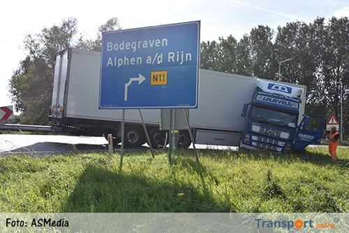 Vrachtwagen geschaard op de A12 [+foto]