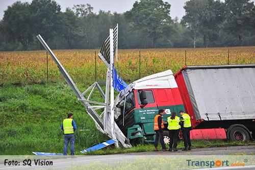 Vrachtwagen botst tegen verkeersbord op A2 [+foto]