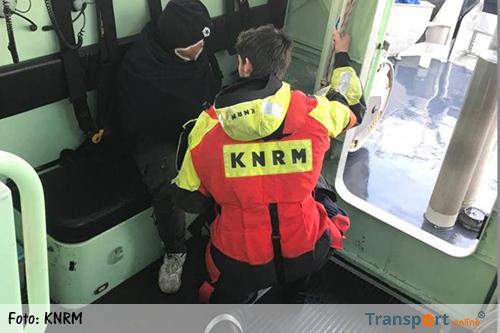 Zeeman met arm uit de kom van vrachtschip de 'Golden Briljant' gehaald [+foto's]