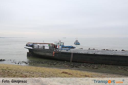 Olietanker en binnenvaartschip losgetrokken