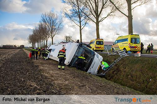 Touringcar te water in Nieuw-Vennep [+foto]