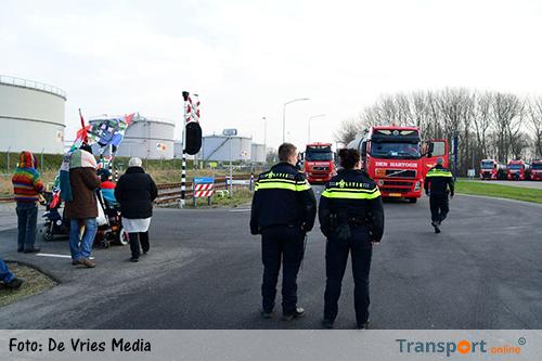 Actievoerders houden vrachtwagens tegen bij de NAM in Farmsum [+foto's&video]