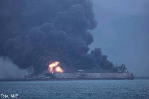 Brandende olietanker Sanchi drijft weg van China [+foto's]