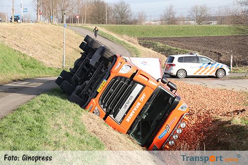 Vrachtwagen met uien in de sloot [+foto]