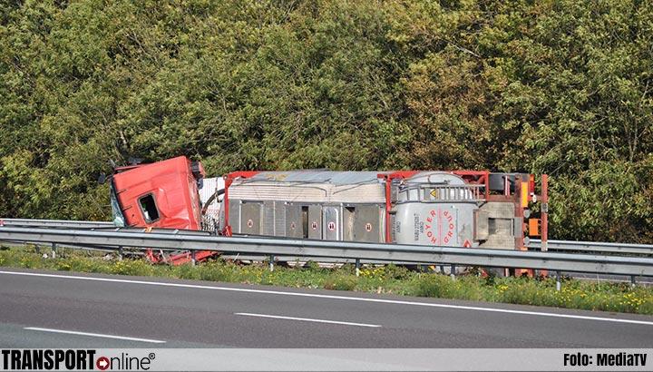 Tankwagen met brandbare vloeistof gekanteld op A16 [+foto]