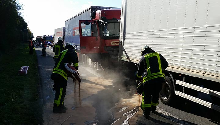 Aanrijding met drie vrachtwagens op Duitse A1 [+foto's]
