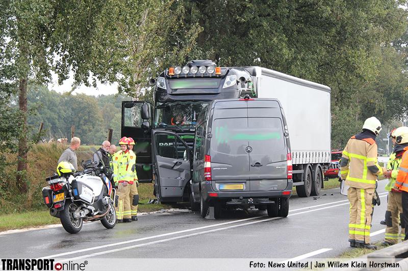 Frontale aanrijding vrachtwagen en bestelbus op N332 [+foto]