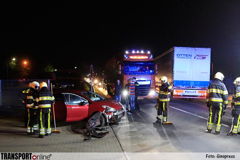 Vrachtwagen schept auto op de N279 [+foto]