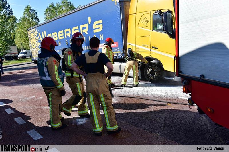 Omstanders blussen vrachtwagenbrandje [+foto]
